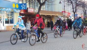 Хмельницкие велосипедисты катались по городу в новогодних костюмах