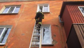 На Хмельнитчине спасатели освободили 2-х летнюю девочку из запертой квартиры