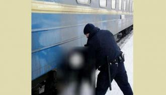 На хмельницком железнодорожном вокзале девушка едва не попала под поезд