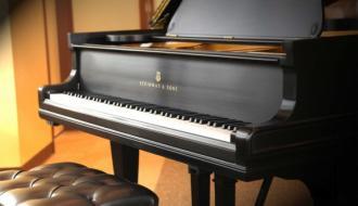 Строить школу и поставлять пианино по одному контракту не получится