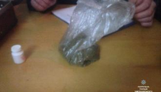В Хмельницком из поезда высадили пассажира с наркотиками