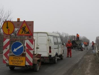 Дорожники латают ямы холодным асфальтом в местах, где происходит больше всего ДТП
