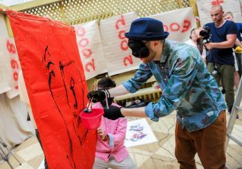 Хмельничанам покажут картины и трехметровые установки японской каллиграфии