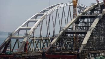 Начата установка арки Крымского моста