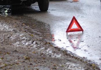 Под колеса автомобиля в Нетешине попала молодая девушка