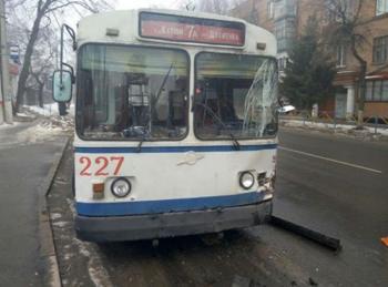 Троллейбус протаранил маршрутку на остановке в областном центре