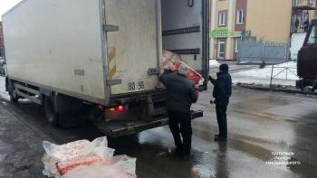 В Хмельницком из грузовика посреди дороги выпало около 300 килограммов мяса