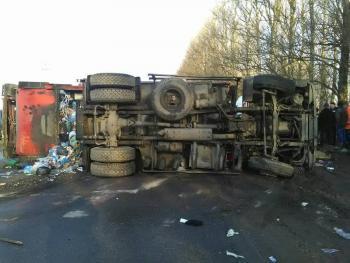 В Хмельницком на Западно-Окружной перевернулся мусоровоз. Водитель без сознания