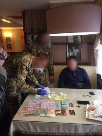В Хмельницком задержали помощника нардепа за вымогательство взятки в 10 тысяч долларов