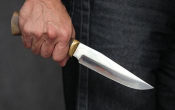 В Изяславе пьяный мужчина ударил своего товарища ножом в грудь