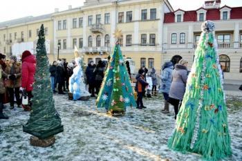 В Каменце-Подольском установили 24 эко-елки