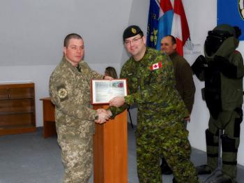 В Каменке 15 военных саперов получили от канадских инструкторов сертификаты образца НАТО