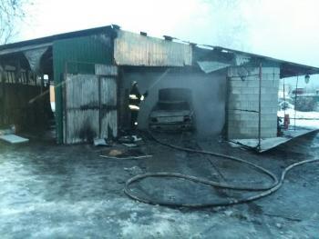 В Полонном сгорел Nissan вместе с гаражом