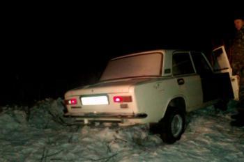 В Волочиском районе среди ночи из снежного сугроба вытаскивали легковушку с пассажирами