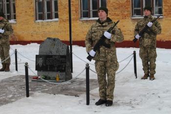 В военной части Староконстантинова установили памятник бойцу, который погиб в зоне АТО